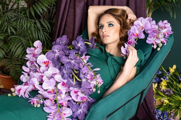 Красивая женщина в зеленом платье