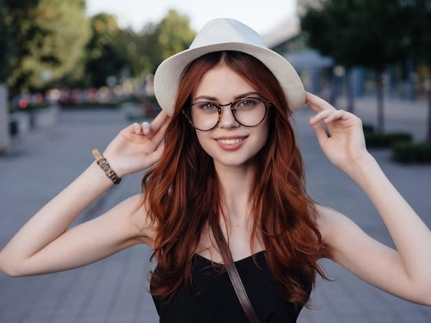 夏のライフスタイルの屋外で帽子をかぶった美しい女性