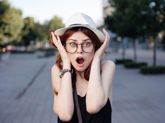 帽子をかぶった美しい女性屋外夏のポーズ