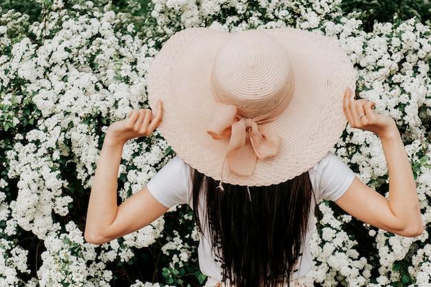 屋外の帽子で美しい女性。