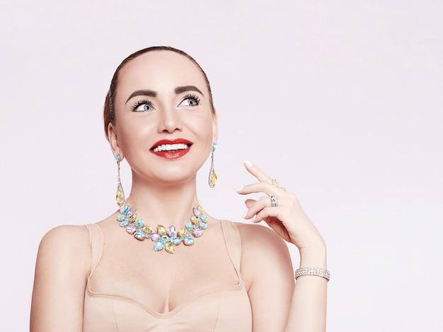 목걸이, 귀걸이 및 반지에서 아름 다운 여자. 보석, 다이아몬드로 만든 보석 모델.