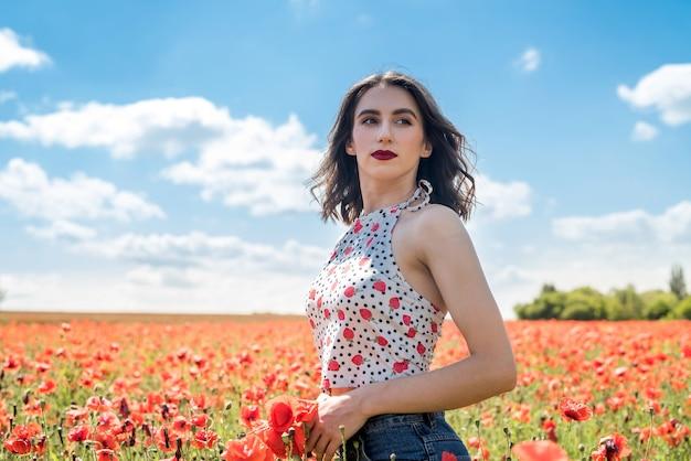 ポピー畑の美しい女性、夏の時間をお楽しみください
