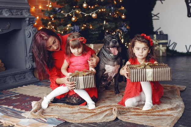 Красивая женщина в красном платье. семья дома. мама с дочкой. люди с собакой.