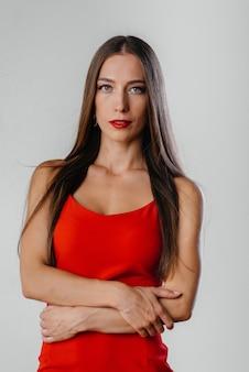 Красивая женщина в красном платье с макияжем