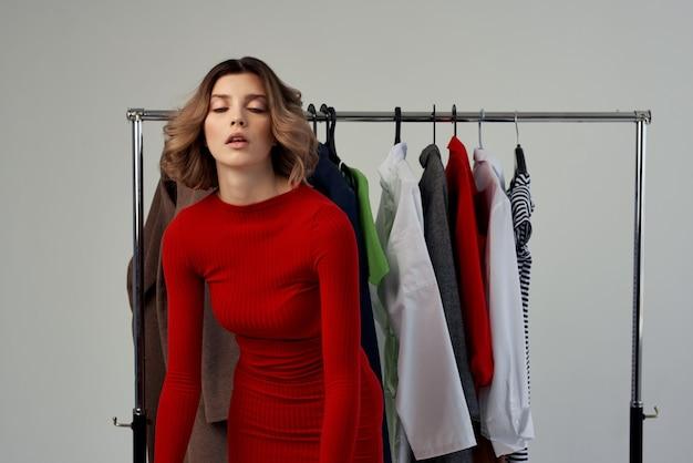 옷장 감정 근처 빨간 재킷에 아름 다운 여자