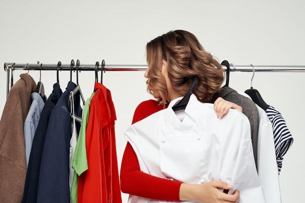 옷장 밝은 배경 근처 빨간 재킷에 아름 다운 여자. 고품질 사진
