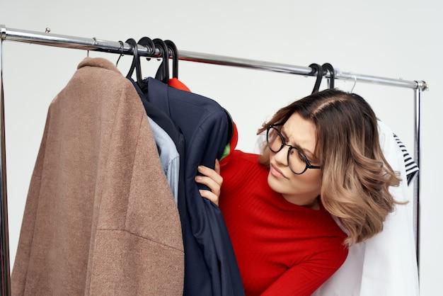 옷장 소매 감정 근처 빨간 재킷에 아름 다운 여자