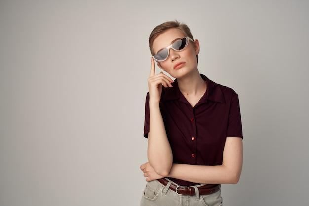 Красивая женщина в красной рубашке классическом стиле светлом фоне