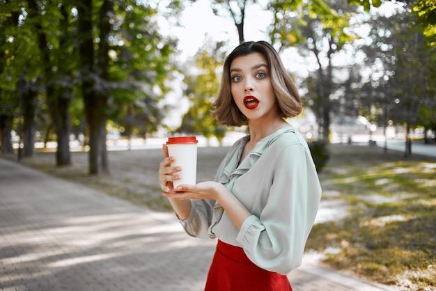 Красивая женщина в красной юбке городская прогулка весело досуг летом. фото высокого качества