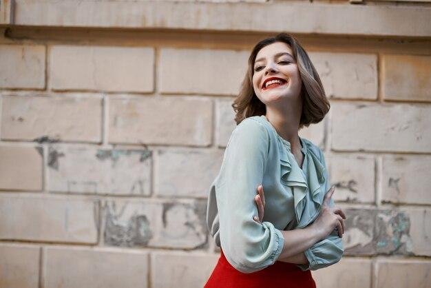 Красивая женщина в красной юбке городская прогулка весело досуг летом