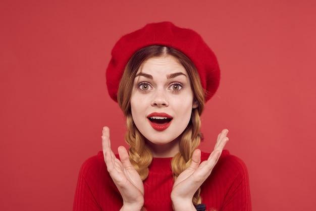 赤いセーター化粧品感情孤立した背景の美しい女性。高品質の写真