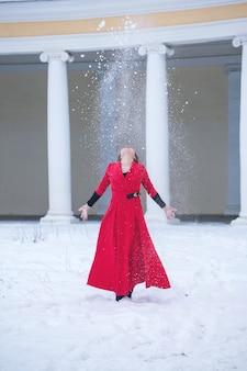 赤い冬のドレスの美しい女性