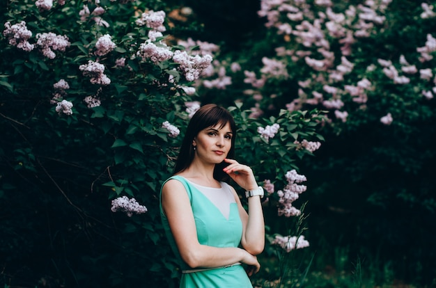 咲くライラックと春の庭の美しい女性