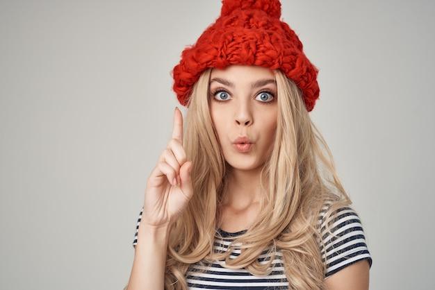 縞模様のtシャツの赤い帽子の美しい女性は、ビューの魅力をトリミングしました