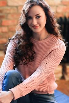 セーターのセーターの美しい女性