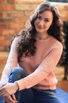 セーターの美しい女性
