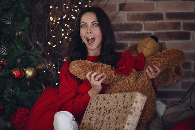 暖かいセーターの美しい女性