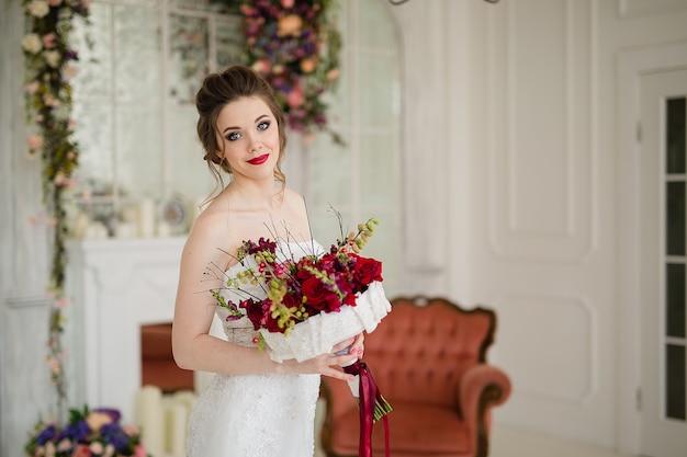 Красивая женщина в свадебном платье с букетом невесты