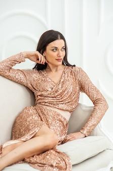 自宅でイブニングドレスの美しい女性