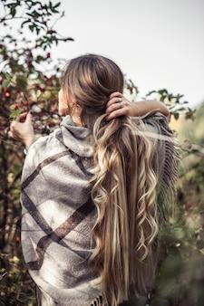 秋の森で美しい女性