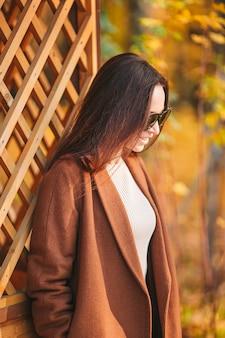 紅葉の下で秋の公園の美しい女性