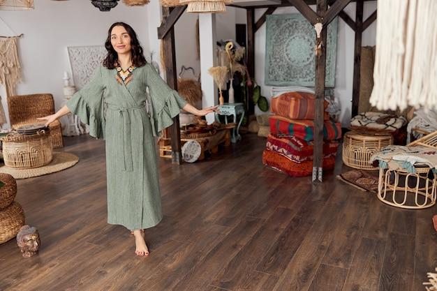 Красивая женщина в бали стиле оформленная комната