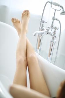 Красивая женщина в ванной комнате