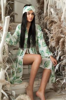 Красивая женщина в пляжной одежде