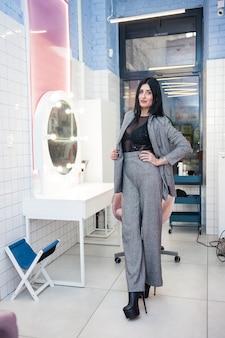 거울 근처 미용실에서 아름 다운 여자
