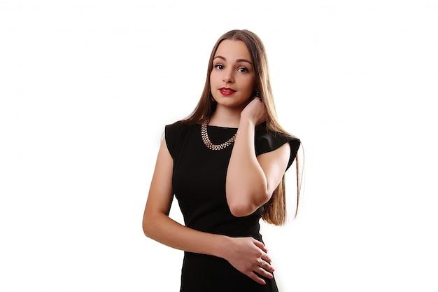 Красивая женщина в черном платье на белом