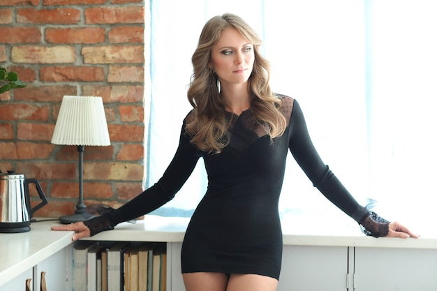黒のドレスの美しい女性