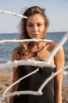 ビーチで黒い水着の美しい女性
