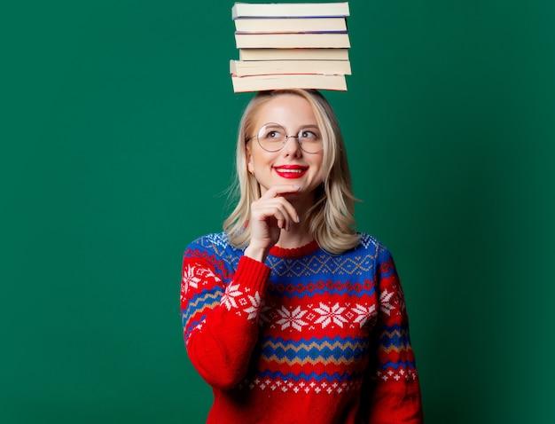 책 크리스마스 스웨터에서 아름 다운 여자