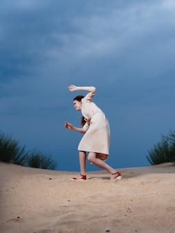 コート砂夏のライフスタイルファッションの美しい女性