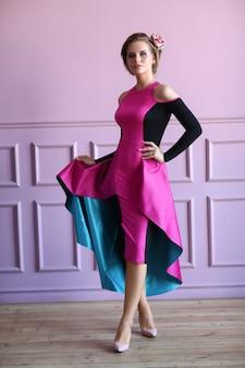 Красивая женщина в красочном платье