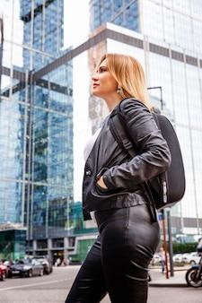 Красивая женщина в центре большого города. отражение в зеркале
