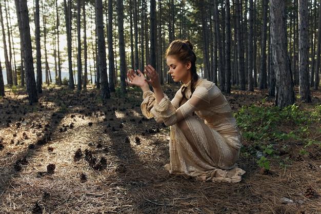 Красивая женщина в ведьме лесных деревьев платья и природы.