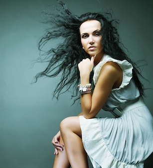 Красивая женщина в элегантном платье
