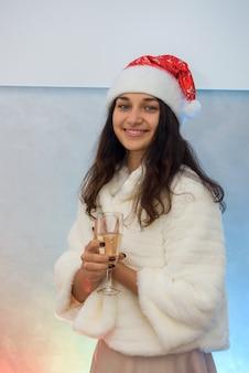 Красивая женщина в элегантном вечернем платье и шубе собирается праздновать новый год