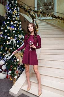 Красивая женщина в вечернем платье с бокалом вина
