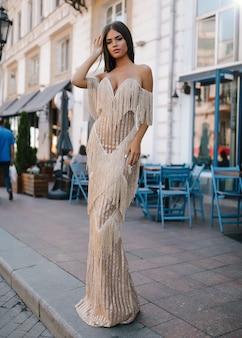 ファンシードレスの美しい女性、通りを歩いて、ファッション、美容、メイク、イブニングドレス、笑顔の女の子、ポーズモデル、豪華な身に着けている、アクセサリー、ブロンド、ボリュームの髪、口紅、目、完璧