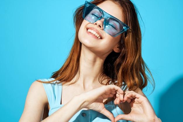 유행 안경 파란색 배경 라이프 스타일에서 아름 다운 여자