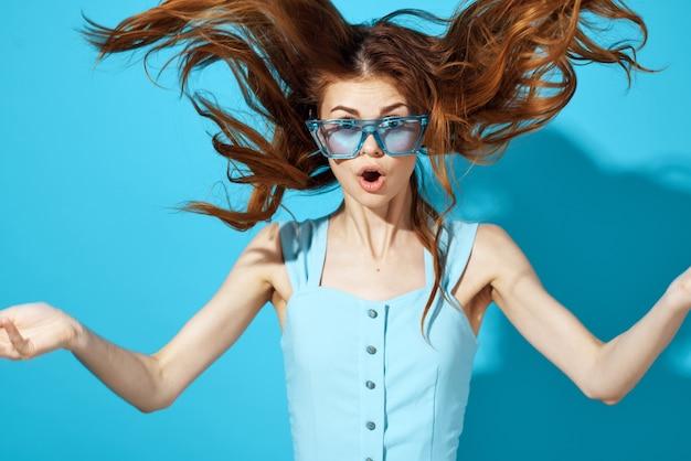 유행 안경 고립 된 배경 매력적인 모습에 아름 다운 여자