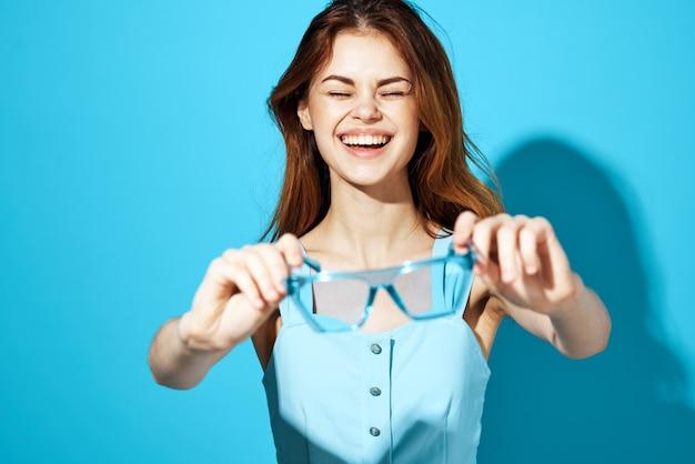 Красивая женщина в модных очках изолировала фон привлекательный вид