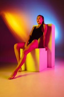 Красивая женщина в модном купальнике изолирована