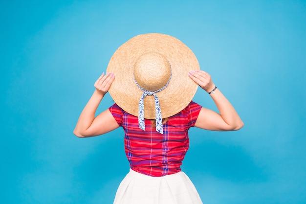 スタジオ、背面図の帽子の美しい女性