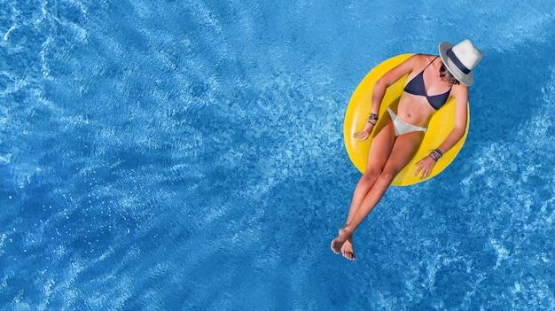 위에서 수영장 공중보기에서 모자에 아름 다운 여자, 어린 소녀 이완 하 고 휴가에 물에 풍선 반지에 재미가