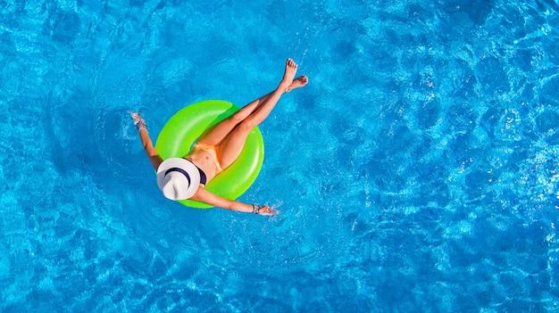 휴가에 물에 풍선 반지에 수영장에서 모자에서 아름 다운 여자