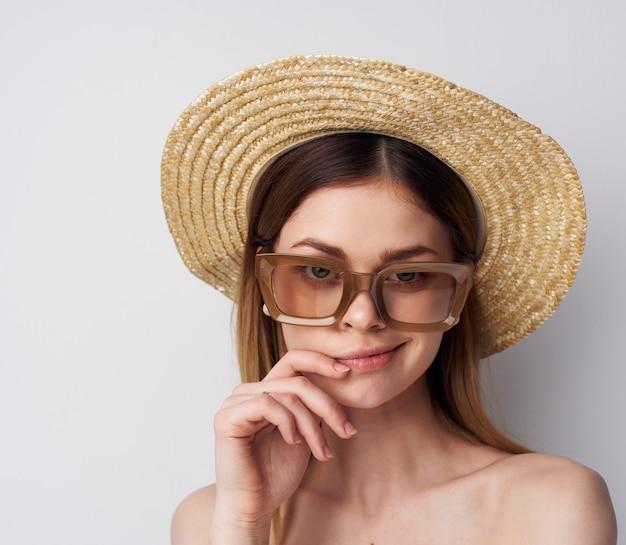 Красивая женщина в шляпе передвижной роскошный крупным планом изолированный фон. фото высокого качества