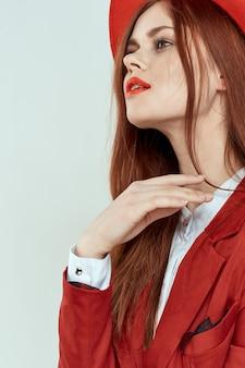 帽子の美しい女性赤い唇のジャケットチャームライフスタイルスタジオライト